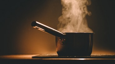 Clean Burnt Cooking Pans with Vinegar and Baking Soda
